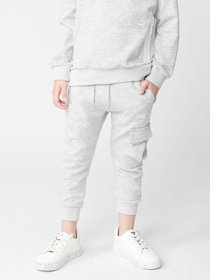 מכנסי פוטר עם כיס צידי וסיומת ריב.