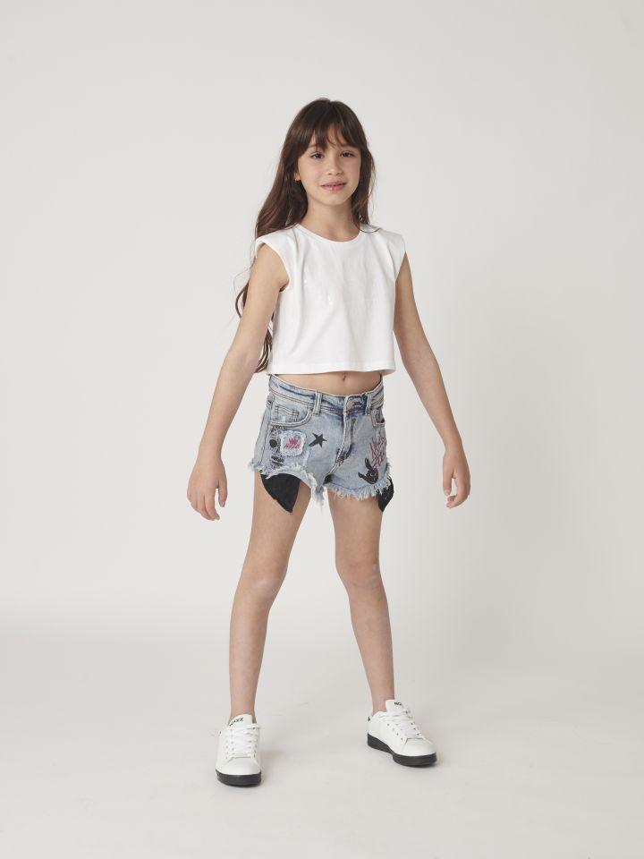 שורט ג'ינס קצר עם גרפיטי